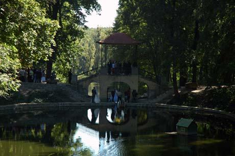 К Китайскому мостику в «Александрии» традиционно приезжают новобрачные. Фото Людмилы МАРЧУК.