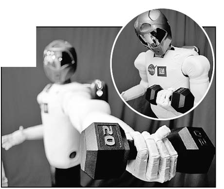 Робонавт не качает мускулы, а демонстрирует способность поднимать грузы.