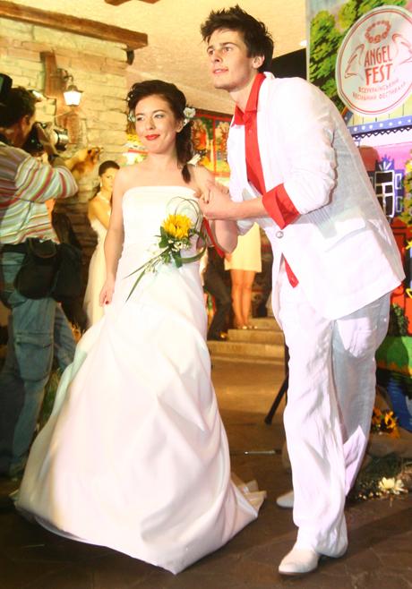 Журналист «КП» Ольга Лицкевич также примерила наряд невесты.
