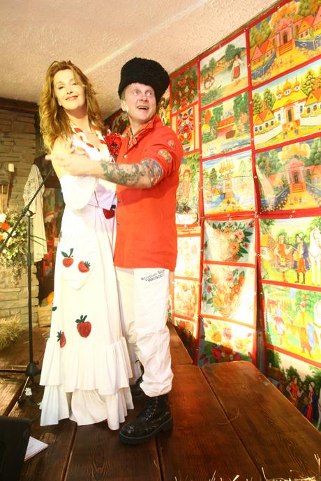 Егорова и Мухарский вели вечеринку в нарядах собственного дизайна.