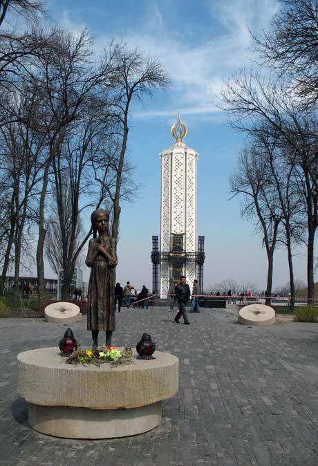 Российское руководство возложит цветы к памятнику.