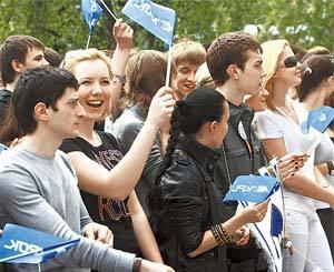 Студенты университета вышли на праздничную линейку в отличном настроении.