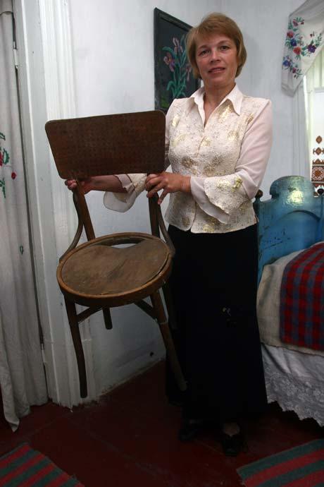 Заведующая музеем Людмила Тимошенко показывает раритетный стул, который сломал Виталий Кличко.