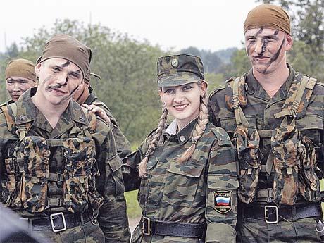 Женщин низкие зарплаты в армии не пугают. Для них главное - стабильность? Фото Владимира ГЕРДО.