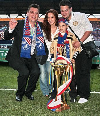 Сергей Пучков с самыми преданными фанатами - со своими детьми.