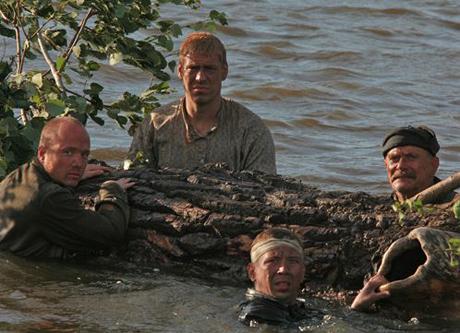 На маленьком плоту в фильме встретились штрафники (Дмитрий Дюжев и Никита Михалков, вверху) и солдаты Красной Армии (Евгений Стычкин и Андрей Мерзликин, внизу)