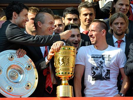 В завершившемся сезоне «Бавария» Тимощука (крайний справа, на заднем плане) хоть и не победила в Лиге чемпионов, может похвастать «Серебряной салатницей», вручаемой чемпиону Германии, и кубком страны.