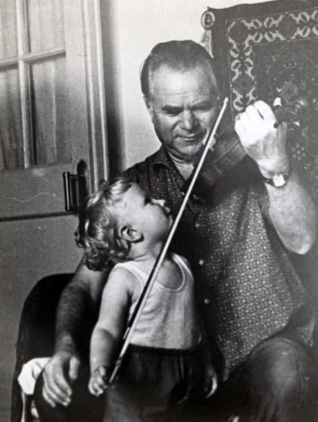 С дедушкой. Когда-то первой скрипкой Запорожского симфонического оркестра.