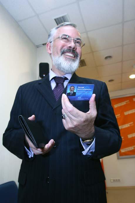 Дипломы «на замке»: министр демонстрирует электронную карту-ключ к серверу, на котором хранятся данные о легальных дипломах, выданных в Украине.