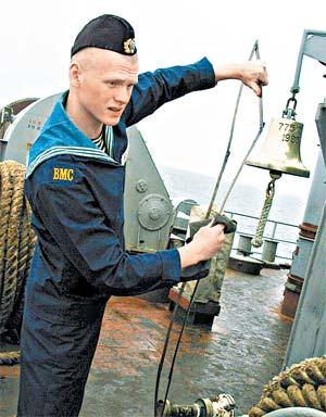 И на суше, и на море за усердную службу платят исправно, но мало.
