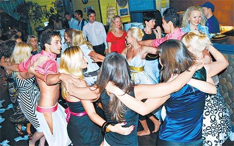 Танцуют все! Зажигательные ритмы не оставят равнодушными ни студентов, ни солидных бизнесменов.