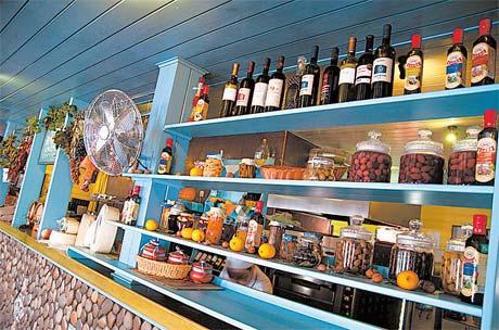 «Сырная лавка» - любимое место почитателей греческих вин и настоящих домашних сыров.