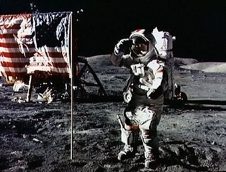 Американский астронавт первым оказался на Луне.