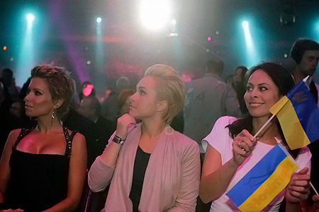 Красавицы-болельщицы: модель Сильвия ван дер Варт, невеста Владимира Хайден и супруга Виталия Наталья.
