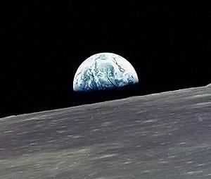 Снимок с борта «Аполлона-10»: восход голубой Земли над коричневой Луной.