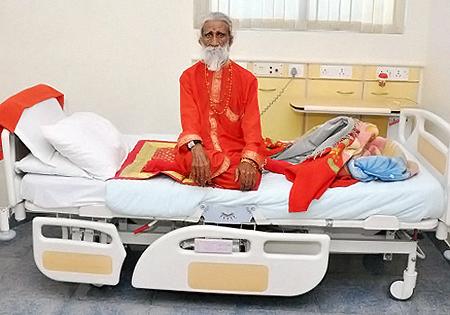 Прахлад две недели провел в госпитале под телекамерами.