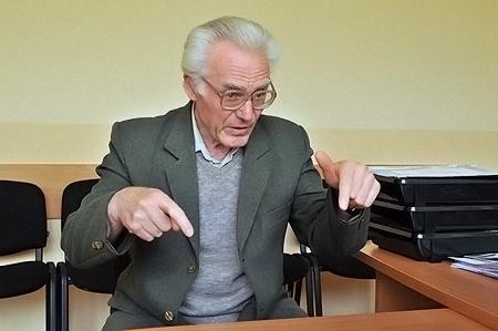 Академик Попов с медалью из Москвы.