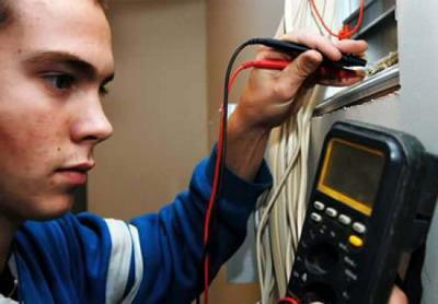 Если ЖЭК не спешит на помощь, жильцы сами становятся и слесарями, и электриками.