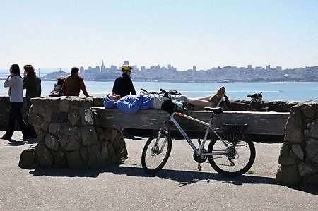 Местные туристы предпочитают перемещаться на велосипедах.