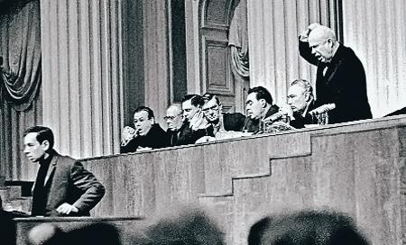 На встрече творческой интеллигенции в Кремле в 1963-м Никита Хрущев обрушился на молодого поэта Андрея Вознесенского с критикой. И предложил ему эмигрировать из страны.