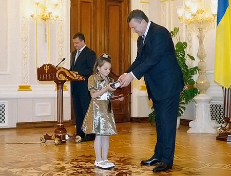 8-летняя Анна Войцеховская получила из рук президента награду за спасение тонущей подруги.