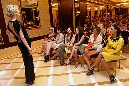 Эксклюзивные вечерние наряды вызвали живой интерес у VIP-дамочек.