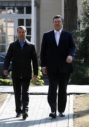 За харьковские соглашения с Дмитрием Медведевым, разморозившие отношения с Россией, Виктора Януковича больше всего критикуют - и враги, и даже некоторые друзья.