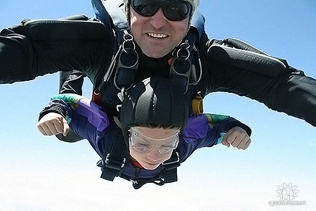 8-летний Рома Самойлов пока прыгает с инструктором.