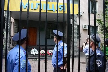 У Шевченковского райотдела однокурсники Игоря устроили траурный митинг.