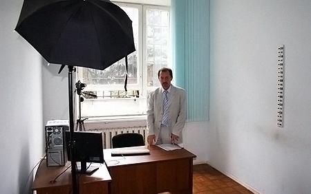 Начальник ЦОС МВД Киева Владимир Полищук в комнате для допросов, где Игорь упал и ударился головой.