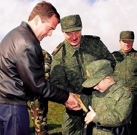 Президент Республики Беларусь Александр ЛУКАШЕНКО с сыном Колей и Президентом России Дмитрием МЕДВЕДЕВЫМ на союзных военных учениях.