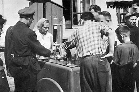 В 50-е возле рынков появились «тележки» с газировкой.