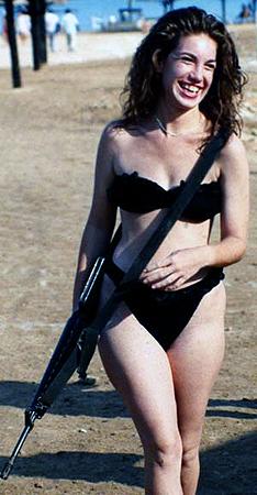 Служба в израильской армии тяжелая, но платят за нее так хорошо, что девушки-солдаты не расстаются с оружием даже на пляже...