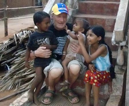 Завидев дядьку с белой бородой, индийцы бросились к нему гурьбой. (Дети Индии принимали Мешкова за инопланетянина.)