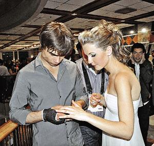 После всех скандалов Александр Рыбак предъявил публике свою невесту.