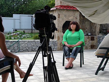 Победительница проекта во дворе своего дома в родном Купянске.