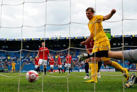 Роман Зозуля (справа, на переднем плане) в первом же матче за сборную забил свой первый гол.