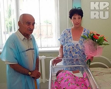 Счастливые папа и мама над кроваткой своего малыша Артемки.