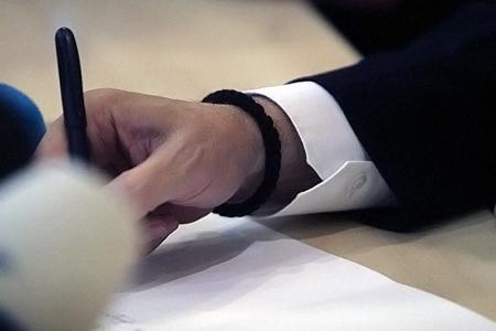 Браслет, подаренный афонскими старцами в октябре 2009 года, будущий президент не снимал всю избирательную кампанию.