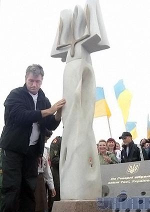 2008 год. Виктор Ющенко устанавливает Тризуб.