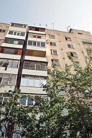 Балкон и окно на девятом этаже после трагедии так никто и не закрывал.