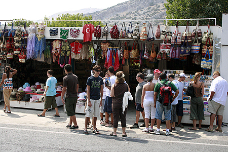 На турецких рынках много китайских подделок.