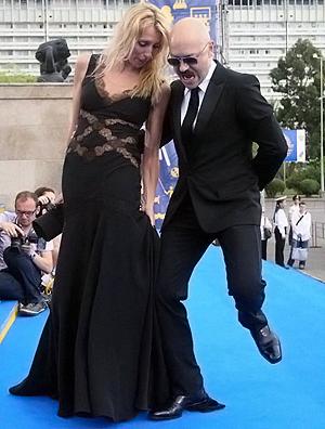 Федор Бондарчук наступил на шикарное платье супруги Светланы, чем сразу привлек внимание фотокоров.