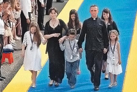 Иван Охлобыстин c женой Оксаной и детьми. Его рубашка, похожая на облачение западного священника, вызвала большие споры в толпе зрителей.