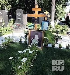 Сейчас могила певицы выглядит так.