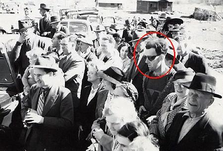 Парень в темных очках вызвал подозрение миллионов пользователей Интернета. Скептики же углядывают, что камера у него могла быть вполне древней.