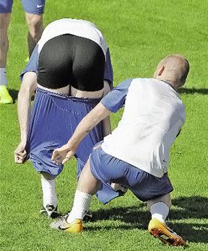 Кудесники мяча из сборной Голландии Снейдер (справа) и Булахрус во время подготовки к первенству планеты развлекаются казарменными шуточками.