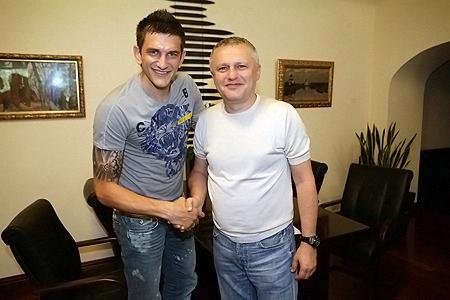 Президент и новичок «Динамо» после подписания контракта.