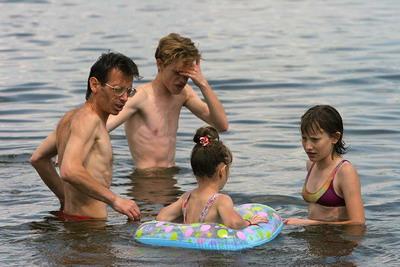 Спасаясь от зноя, горожане заполонили и пляжи, и реку.