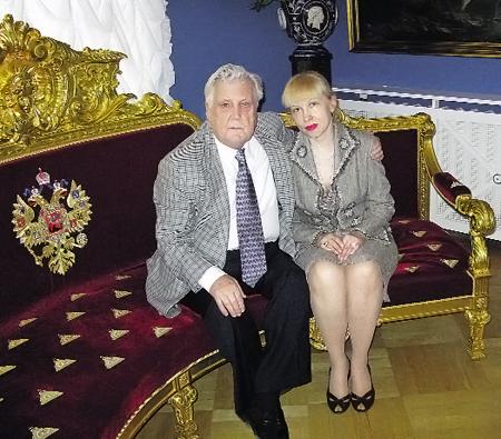 Инесса окружает Художника любовью и заботой. Июнь 2010 г.